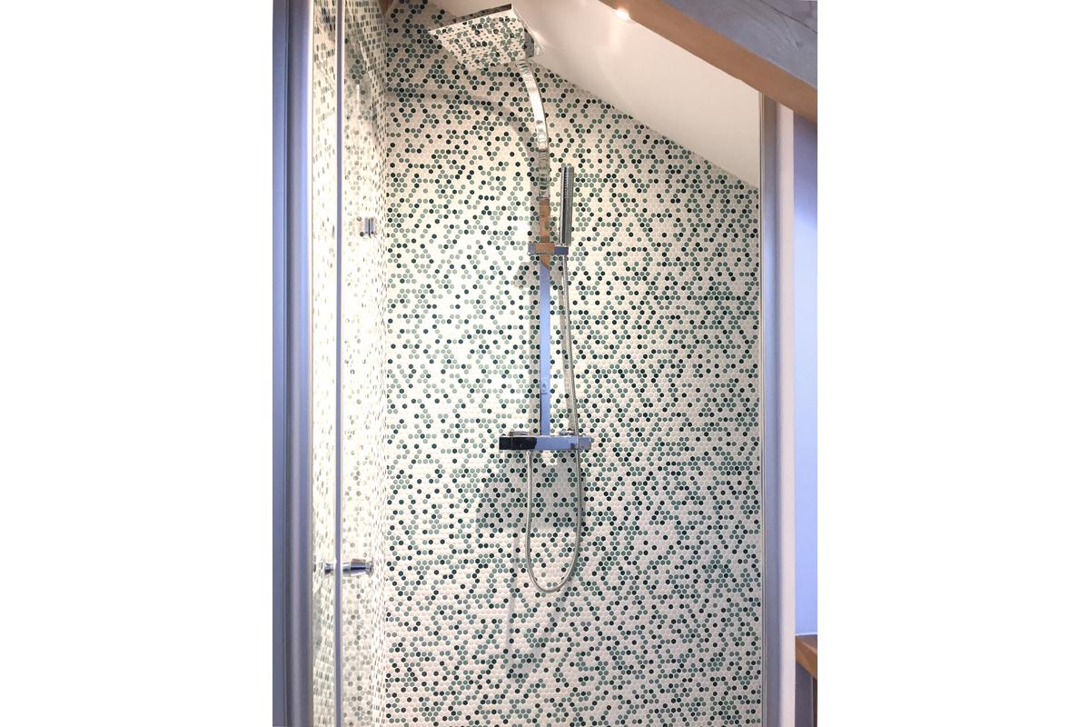 architecte-amenagement-des-combles-mosaique-salle-de bains-AREA-Studio