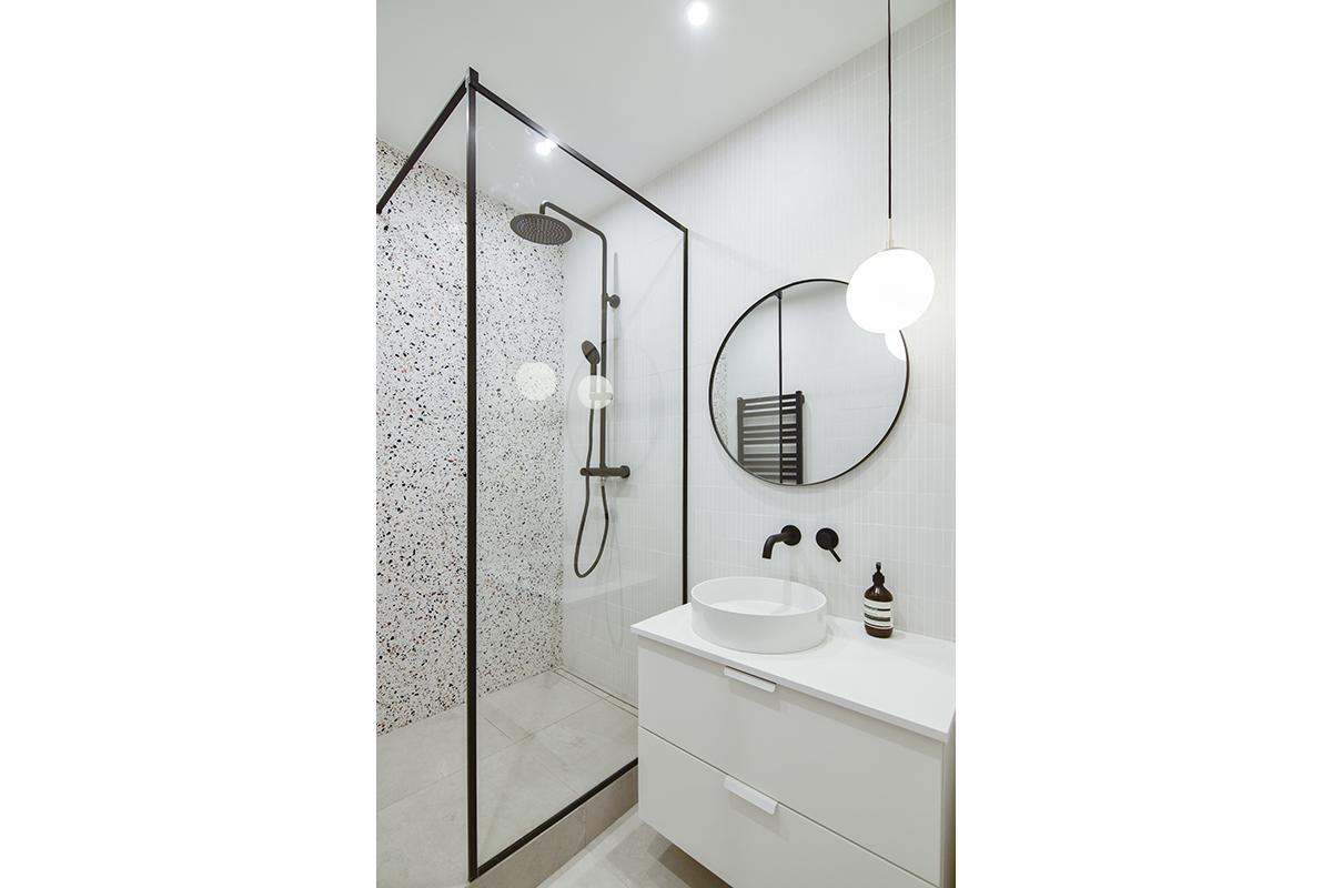 architecte-renovation-salle-de-bains-carrelage-terrazzo-robinetterie-noire-AREA-Studio