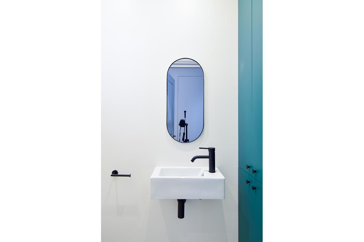architecte-renovation-salle-de-bains-robinetterie-noire-2-AREA-Studio