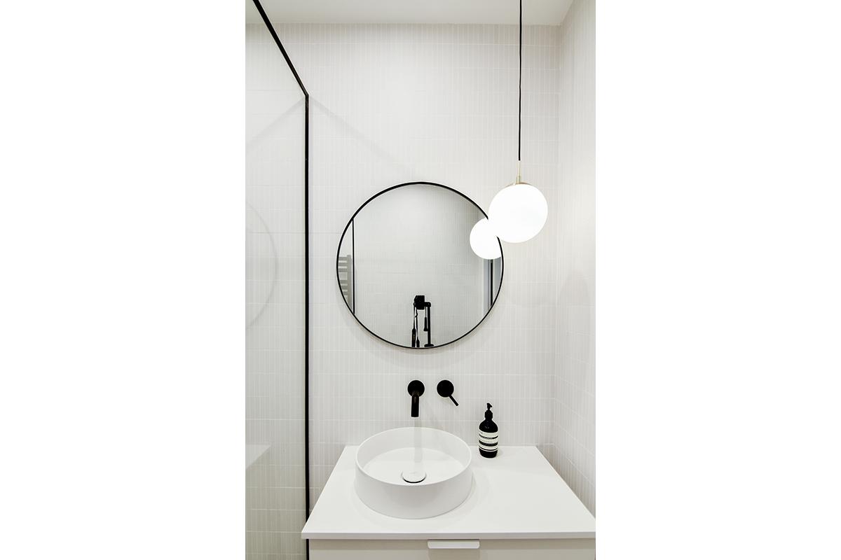 architecte-renovation-salle-de-bains-robinetterie-noire-3-AREA-Studio