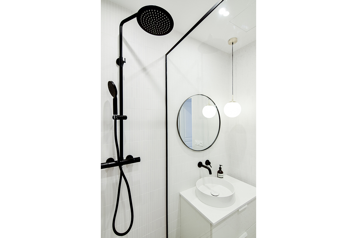 architecte-renovation-salle-de-bains-robinetterie-noire-AREA-Studio