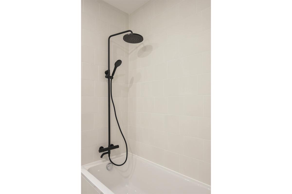 architecte-restructuration-renovation-aménagement-salle-de-bains-douche-noir-AREA-Studio