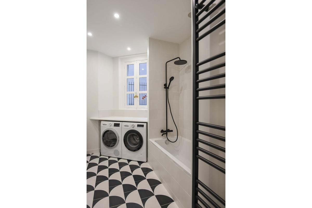 architecte-restructuration-renovation-aménagement-salle-de-bains-noir-et-blanc-AREA-Studio