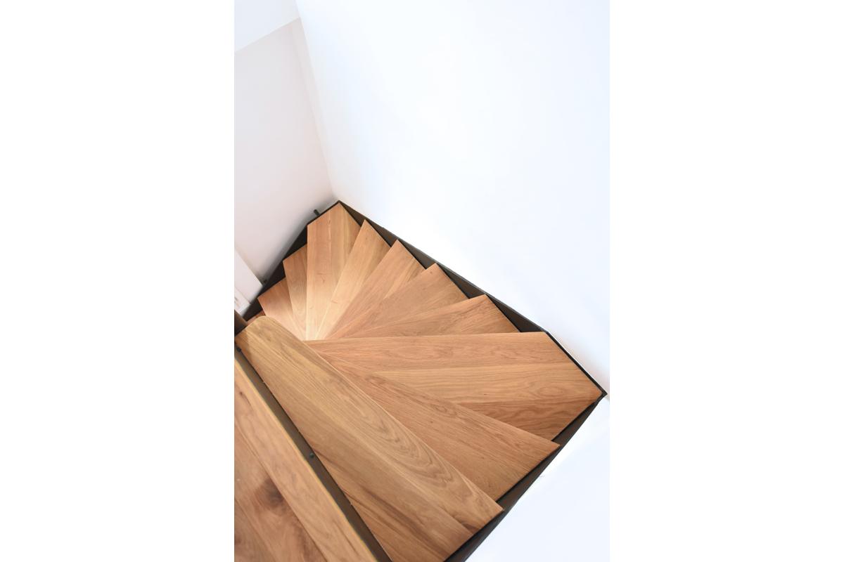 architecte-restructuration-renovation-escalier-metallique-bois-vernis-AREA-Studio.jpg